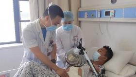 """23岁贵州小伙被高血压折磨9年 医生挑战高难""""自体肾移植""""手术获成功"""
