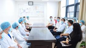 省衛健委副主任肖明龍一行在中國醫師節來臨之際慰問我院醫務工作者